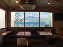カフェ店内から見える富士山