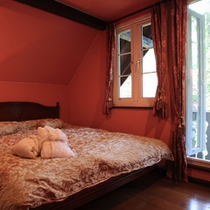 3つの寝室のうちのダブルのお部屋。寝室はすべてベランダ付きです。