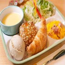 【無料焼き立てパン朝食】