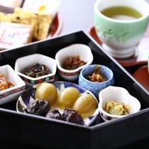 ■お部屋にお菓子と数種類のお漬物をご用意しております