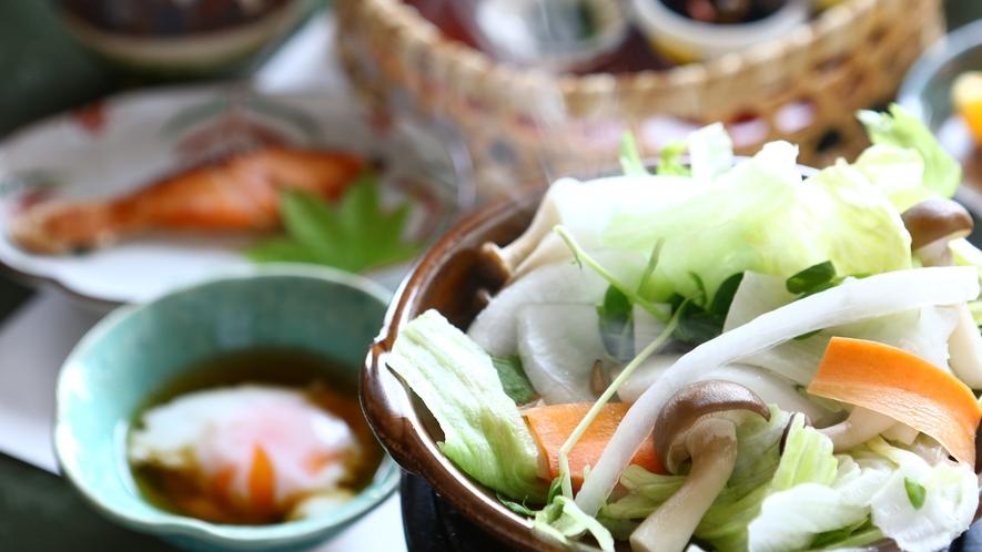 ■地元のお豆腐や体温まるお粥を 朝食一例