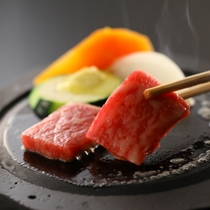 信州産の黒毛和牛の溶岩焼き(夕食一例)