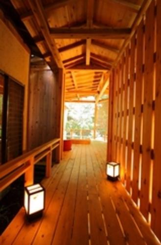 2つの露天風呂付客室 渡り廊下