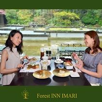 お食事はレストランにて、個室の他、庭園を眺めるテーブル席やカウンター席があります。