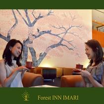 2500枚のタイルで描かれた一本桜が魅力のロビーラウンジ。