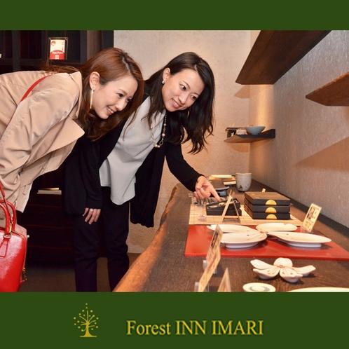 館内には、伊万里焼のギャラリーもありお気に入りの品は販売も致します。