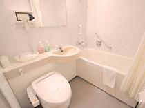 【ユニットバス】スペース広々、足も伸ばせる浴槽でゆったりと利用いただけます。