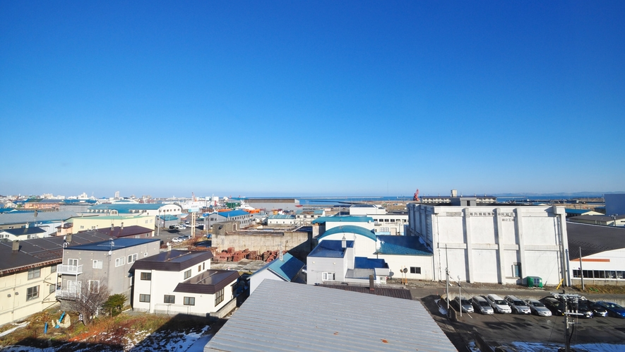 【客室からの眺望】空と海の青を客室からでもお楽しみいただけます。