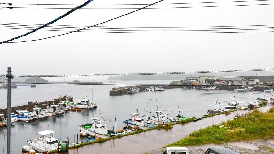*【景観】大浴場から見た景色。港を眺めながらお風呂に入れる宿は少し珍しいですよ♪