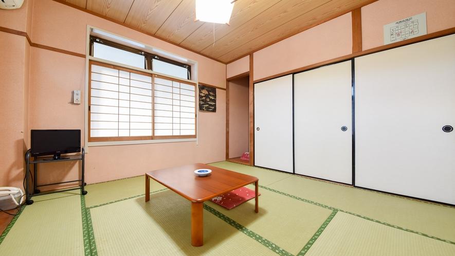 *【和室一例】ゆったりお寛ぎいただける和室。バストイレは共同です。