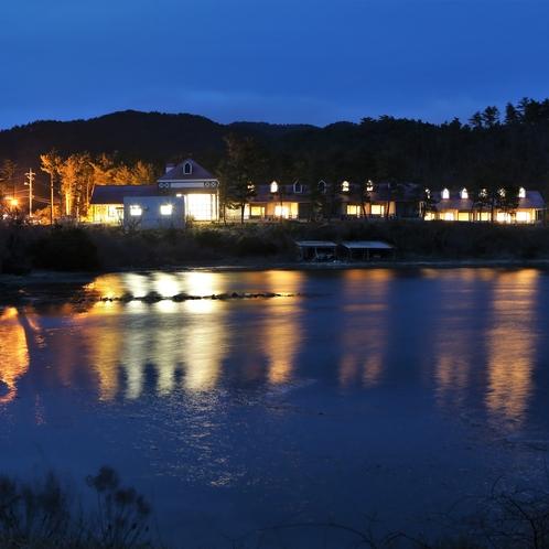 海側から見た夜のホテル全景