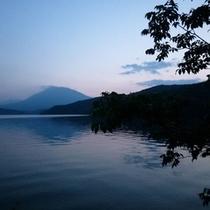 夕暮れの野尻湖