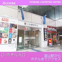 左手にホテル入口がございます。2階フロントへお越しください。