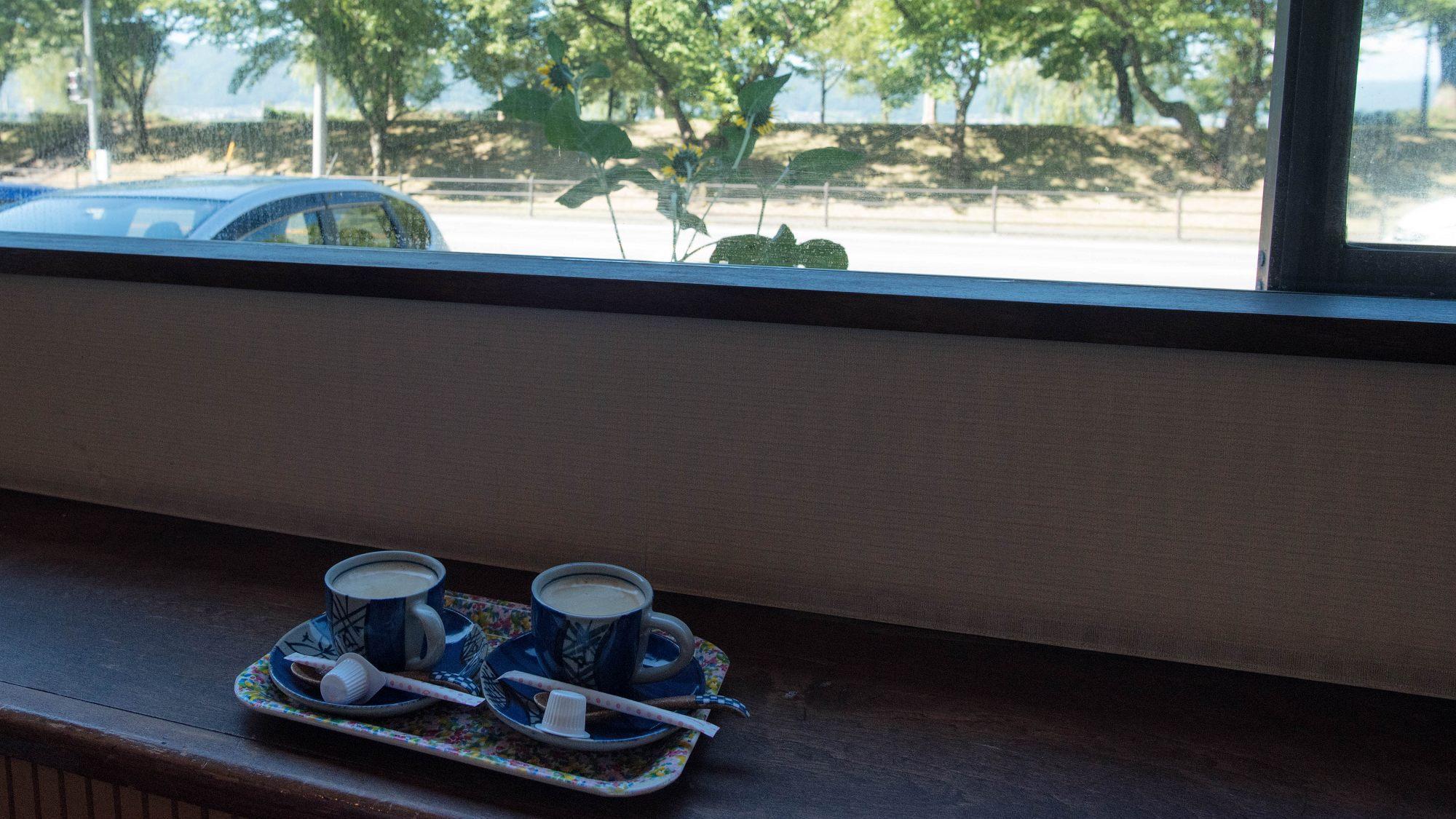 【ラウンジ】淹れ立て珈琲をご用意しております。お食事や観光後にいかがですか。