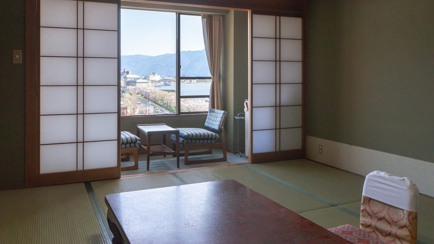 【街側】斜めになりますが、ちょっぴり諏訪湖も望めます。