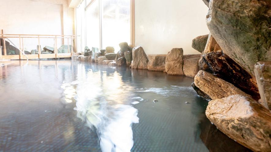 【殿の湯】湯口。 露天風呂に架かる橋。