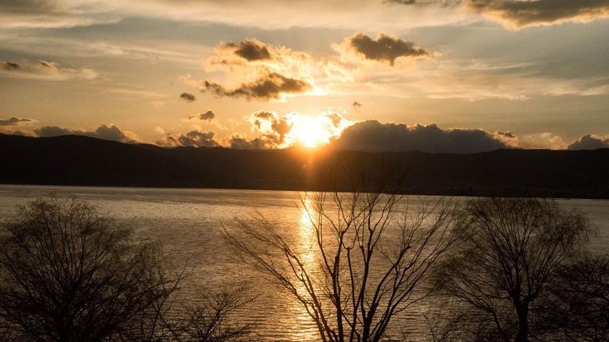 【諏訪湖一望◇湖側】客室からの景色-諏訪湖の夕日-