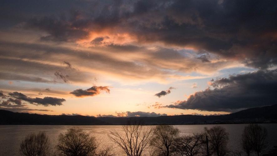【諏訪湖一望◇湖側】客室からの諏訪湖の景色。
