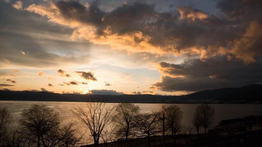 【諏訪湖一望◇湖側】客室からの景色-夕暮れ時は圧巻-