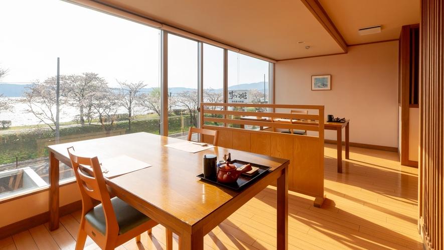 【お食事処◇山脈亭】諏訪湖をご覧いただきながらお食事出来る席もございます。