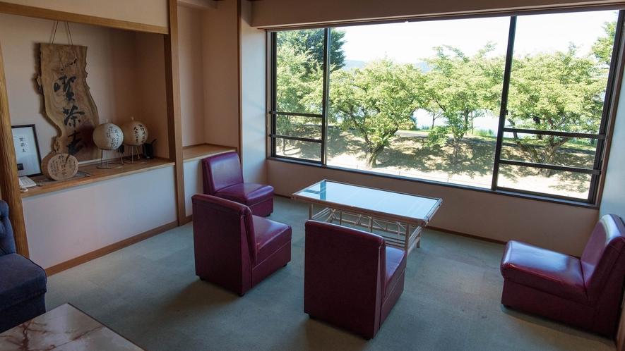 【休み処】お食事のあとは諏訪湖を眺めながらごゆっくりと。