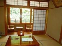 【新館和室】窓の下には清流日高川が流れています