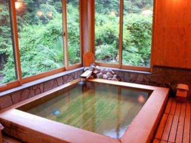 内風呂は檜。いい香りと美人湯ならではの心地よさをおたのしみくださいませ。