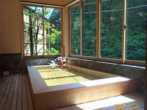 日高川を眺める内湯は、ほとんど露天風呂気分♪(女湯)