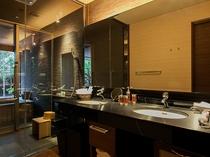 客室洗面台とシャワーコーナー
