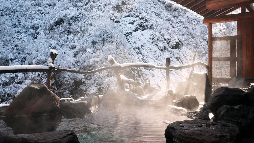【貸切露天風呂・冬】冬季限定の雪見風呂をお楽しみください。