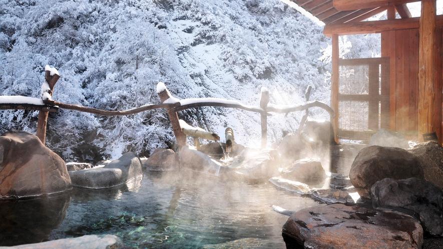 【貸切露天風呂・冬】冬の澄んだ空気を感じながら浸かる露天風呂は格別です。