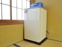 【客室】冷蔵庫内にお飲み物をご用意しております(有料)