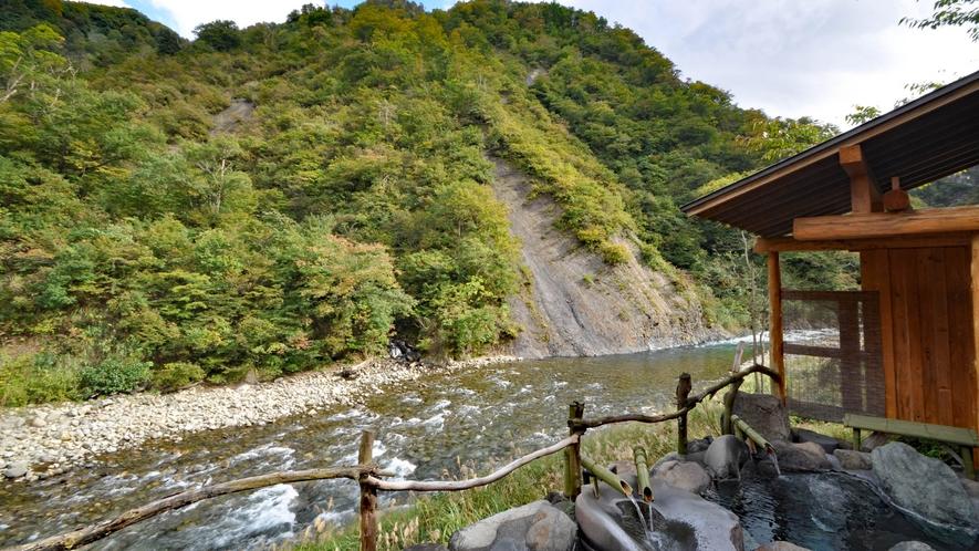 【貸切露天風呂】清津川のせせらぎが心地よい。