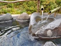 【貸切露天風呂】二つの源泉を流しています。