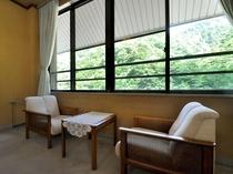 【和室14畳(トイレ付)】緑に囲まれながら、ゆったりとおくつろぎください。