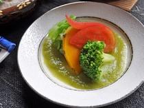 【朝食】オリジナルソースと温野菜。