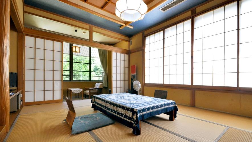 【和室14畳(トイレ付)】大きな窓が付いた明るい空間。