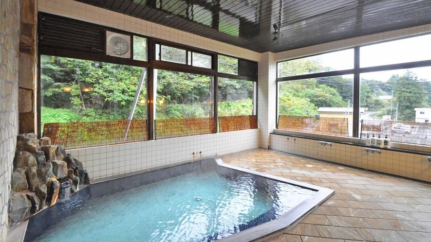 【浴場】アルカリ性の硫黄泉でお肌がつるつるになると好評です。 ※男性用