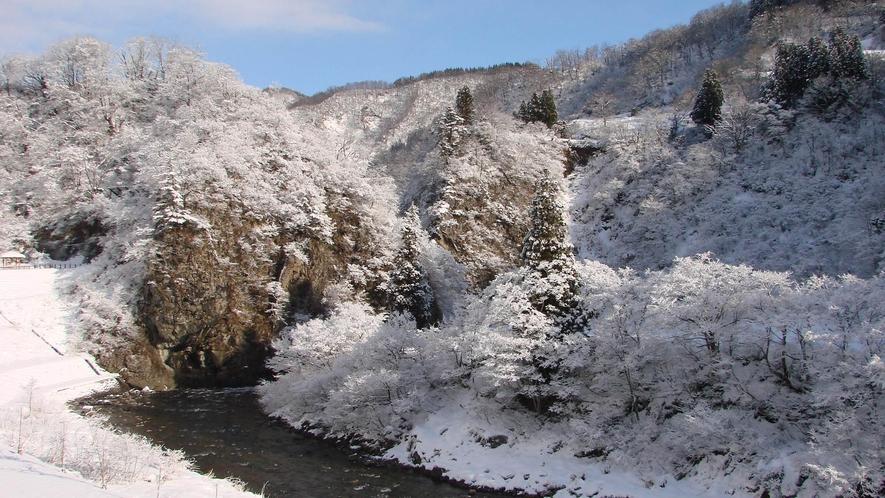 【清津峡・冬】砕け散る清流と深い渓谷美