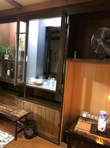 貸切信楽焼陶器風呂の脱衣所