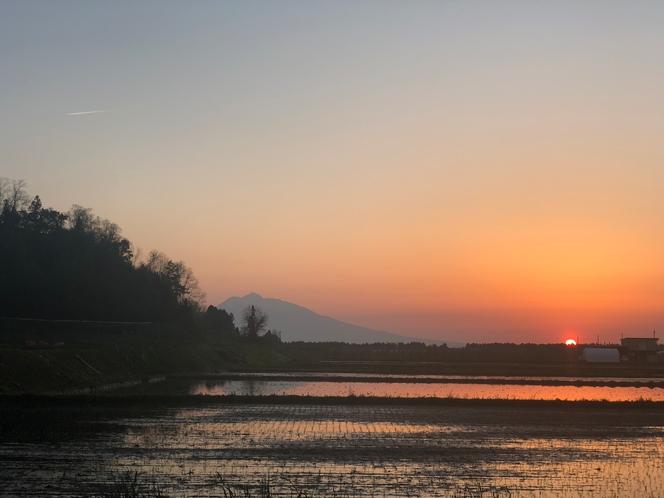 近辺の田んぼからの夕陽と岩木山