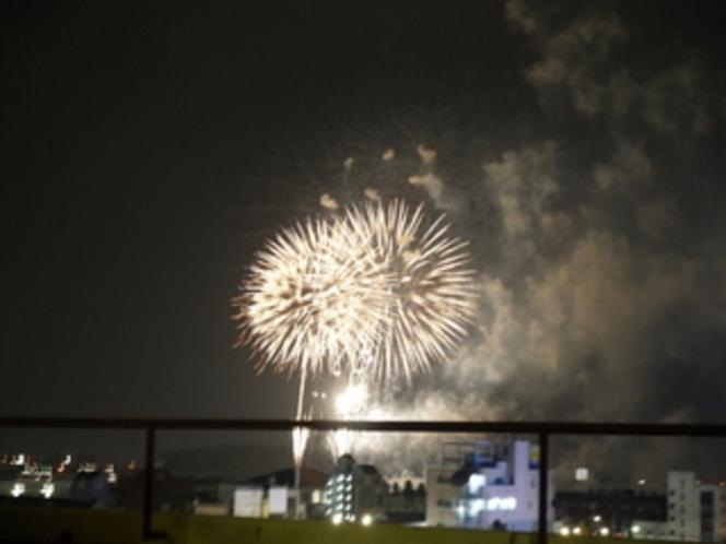 ホテルの屋上から花火を見る