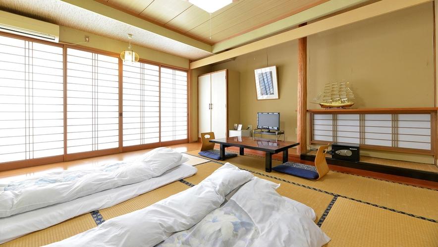 「和室10畳」一例。無数に立ちのぼる別府の湯けむりをご覧いただけます。