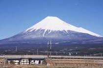 富士急ハイランドや富士サファリパーク、御殿場アウトレットなど観光の拠点に