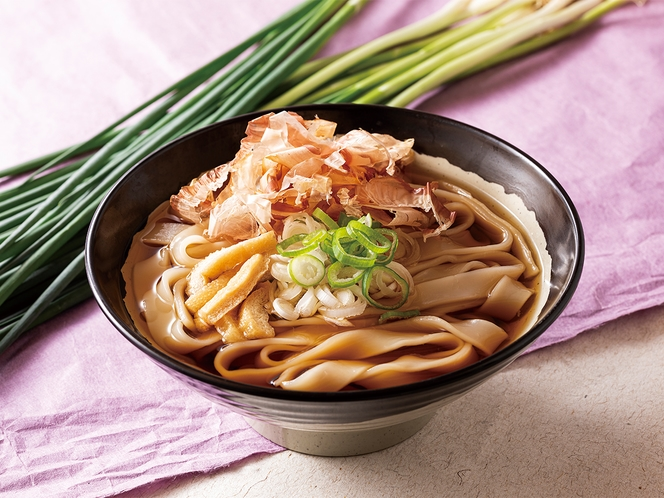 名古屋名物きしめんを食べたことはありますか?薄い平打ち麺で、のどごしがよくツルツル入るのが人気!