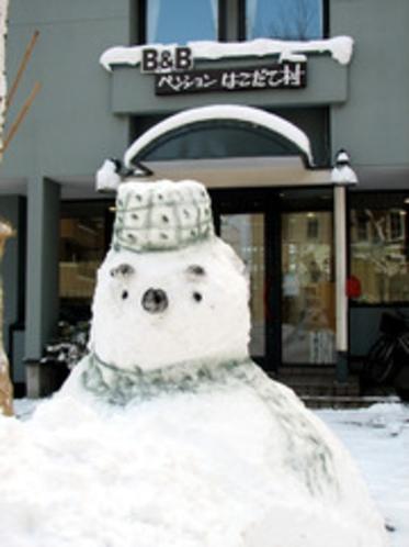 雪だるまと玄関前