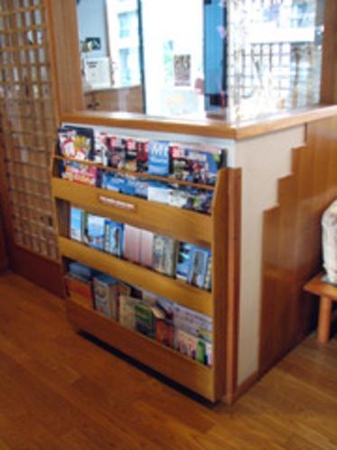 冊子棚や旅行誌を置いた棚