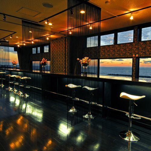 ダイニングからは窓枠いっぱいに日本海の景色が