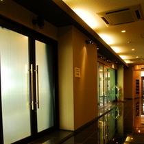 ダイニング前の廊下は黒を基調にシックなムード。