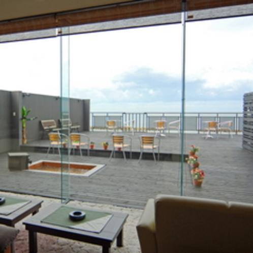 玄関ロビー 到着を日本海の絶景が迎えます。